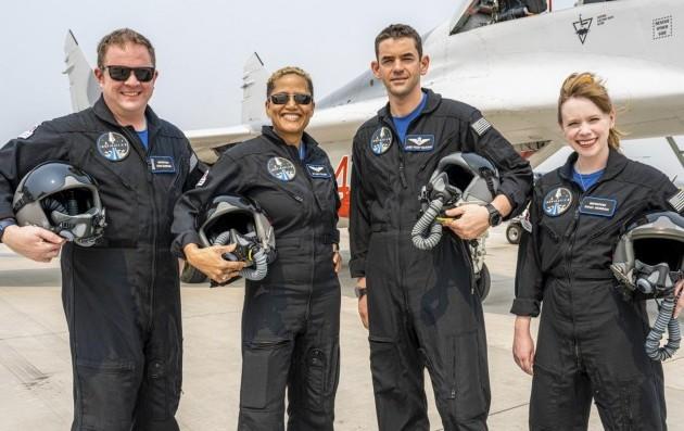Die 4 Besatzungs-Mitglieder stehen nebeneinander und halten ihre Helme (AP /Inspiration4 / John Kraus )